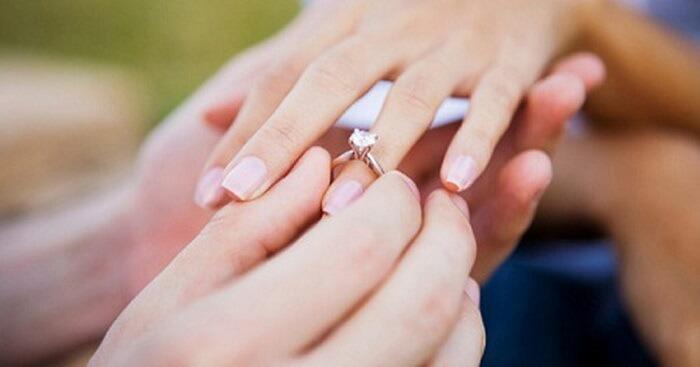 Các cặp đôi cũng cần chú ý để trao nhẫn cưới sao cho đúng cách