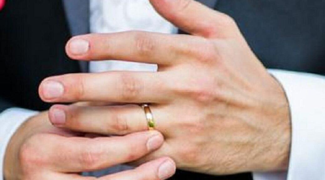 Con trai đeo nhẫn cưới tay nào đúng? Lưu ý khi trao nhẫn cưới