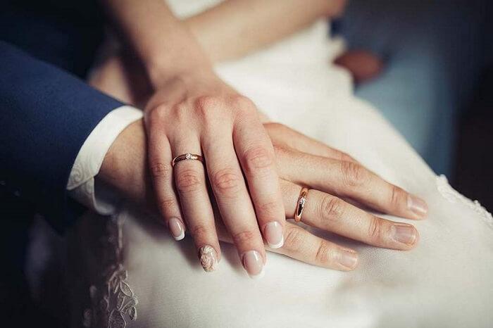 Nhẫn cưới được đeo vào ngón áp út thể hiện cho tình yêu
