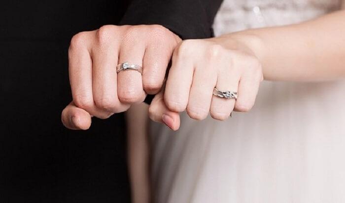 Nhẫn cưới là vật tượng trưng cho sự gắn kết của vợ chồng