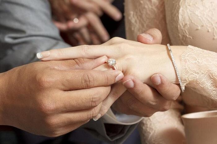 Nhẫn cưới được đeo vào ngón áp út của tay phải đối với con gái