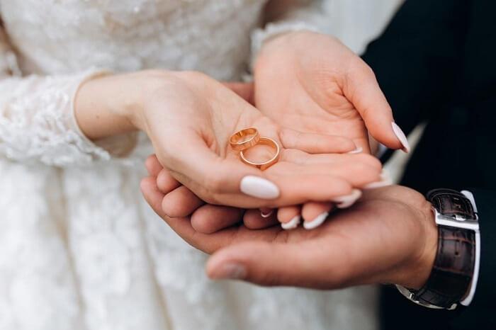 Nhẫn cưới mang ý nghĩa thiêng liêng thể hiện tình yêu và lời hứa bên nhau trọn đời